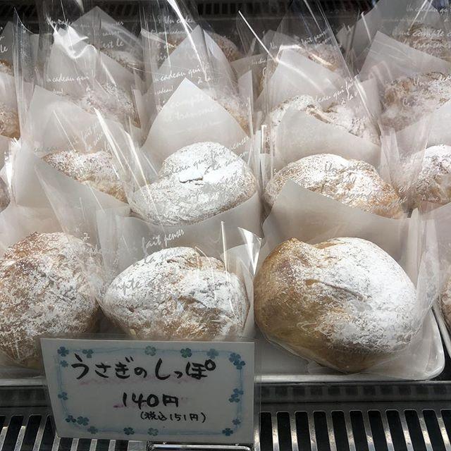おはようございます今日もいい天気ですね!こんな休日はケーキを食べながらまったり過ごしたいですね.#うさぎのしっぽ 握りこぶしほどのサイズのシュークリームです!中にはたっぷりクリームが詰まっていて、見た目よりもボリュームのある商品ですティータイムにおひとついかがでしょうか️#新潟 #長岡 #ケーキとパンのお店 #リェヴル #シュークリーム #うさぎのしっぽ #クリーム #lievre #bakery #patisserie #rabbit #sweets