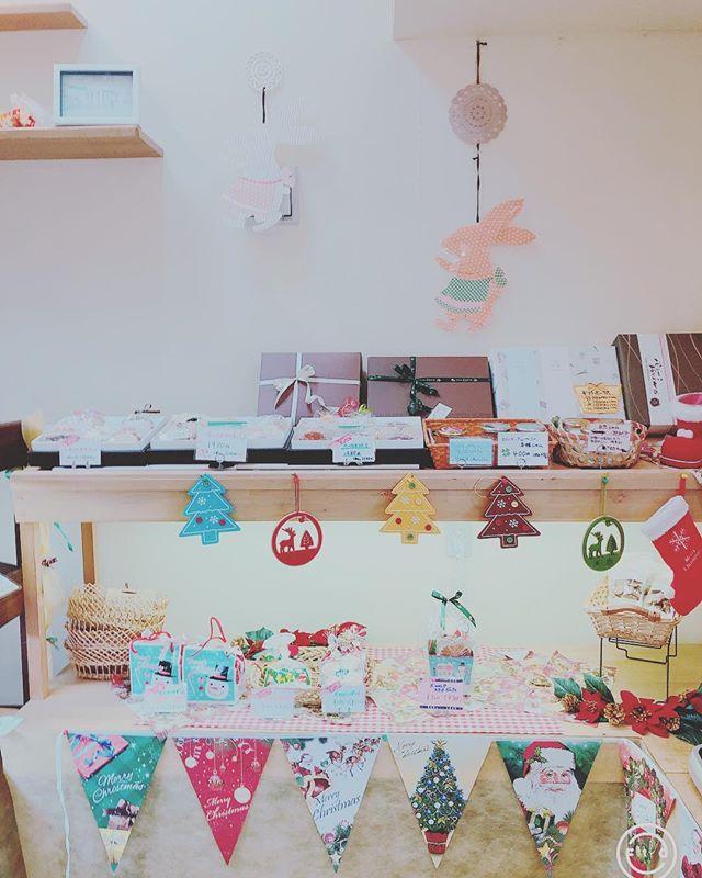 街はクリスマスムード一色!店内もクリスマス仕様の飾り付けになってます️プレゼントにぴったりの包装で、沢山のお菓子ギフトをご用意しております是非お立ち寄りください!#新潟 #長岡 #ケーキとパンのお店 #リェヴル #クッキー #クリスマス #クッキー #プレゼント #クリスマスプレゼント #lievre #cookie